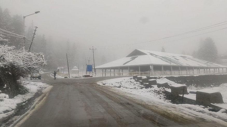 जम्मू-कश्मीर के ऊंचाई वाले इलाकों में बर्फबारी, मैदानी इलाकों में भारी बारिश, सर्दी ने दी दस्तक