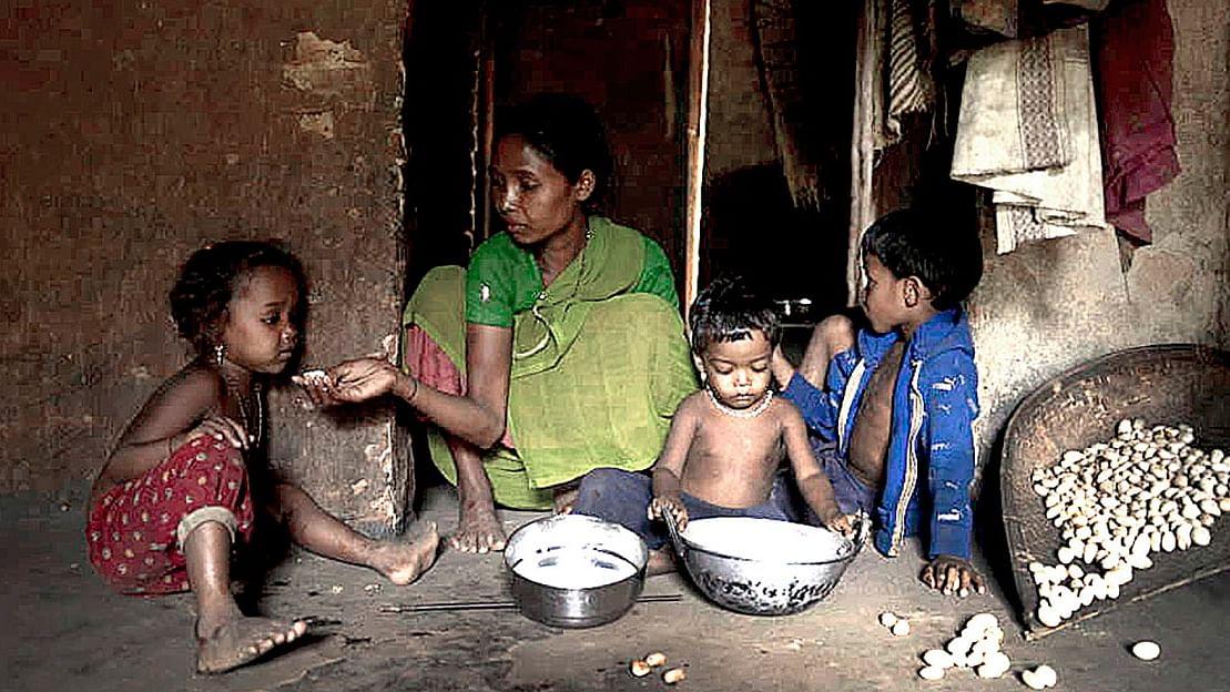 ओडिशा के बुजीबोंग गांव की सन्माई अपने तीन बच्चों के साथ (फोटो- रोहित जैन)