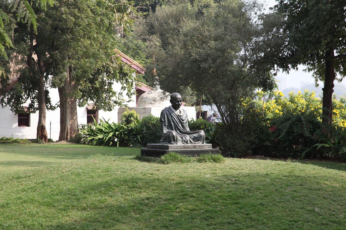 मृणाल पांडे का लेख: दगाबाजी और स्वार्थ पर आधारित तर्कों की राजनीतिक कूटनीति से नहीं समझे जा सकते गांधी जी