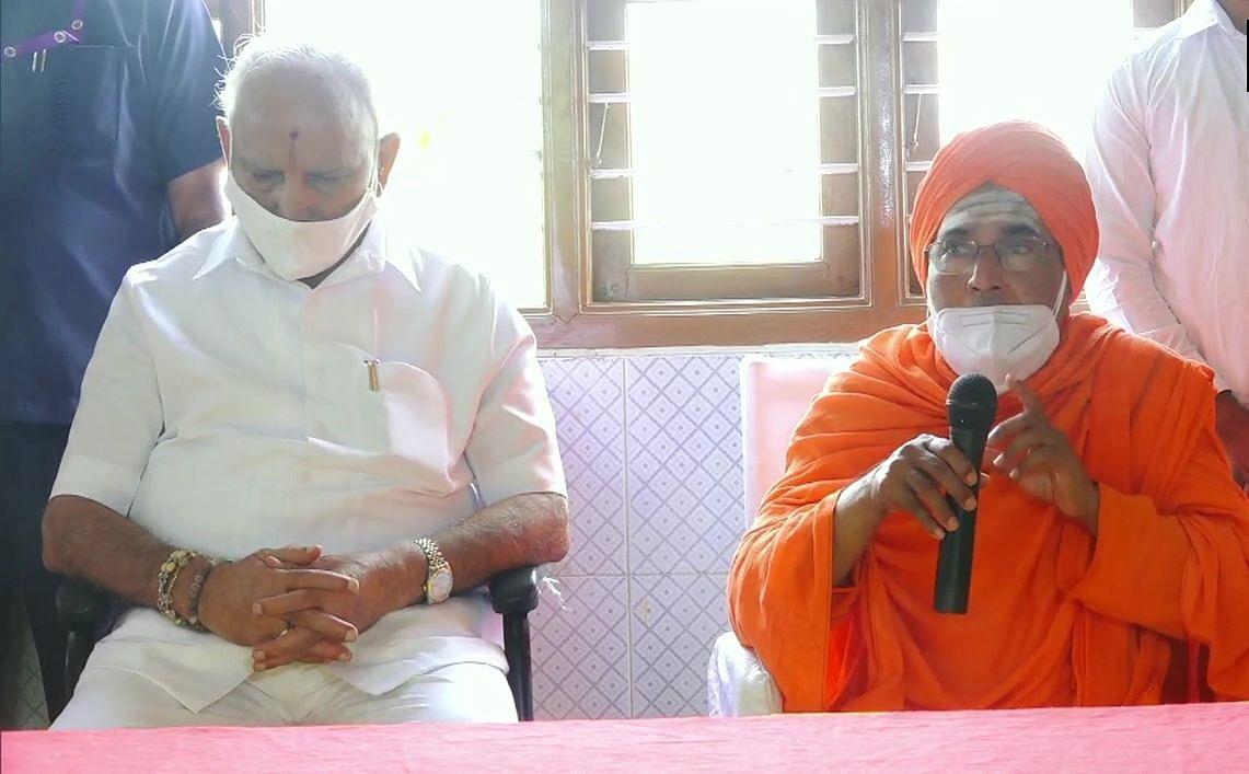 बड़ी खबर LIVE: कुर्सी बचाने साधुओं की शरण में पहुंचे येदुरप्पा, मठाधीश ने नेतृत्व परिवर्तन पर दी चेतावनी