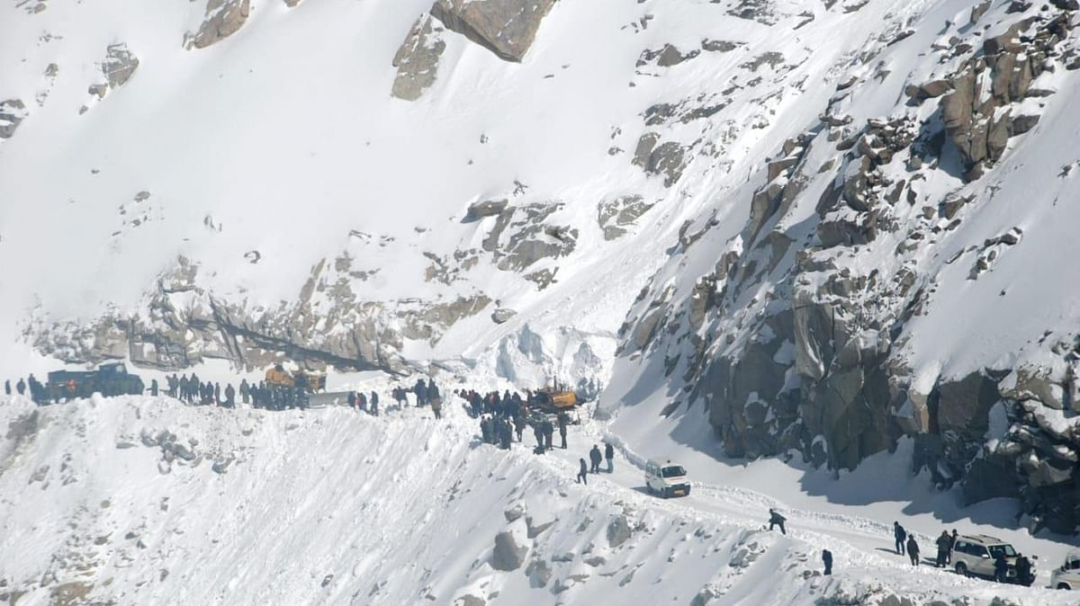 Ten persons, including 4 soldiers, 1 BSF constable, killed in Kashmir avalanches