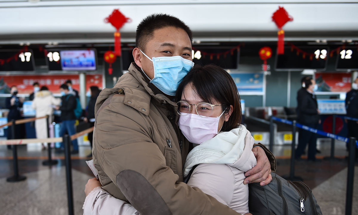A Chinese health worker hugs her husband before leaving for Hubei province to join the coronavirus control efforts there, in Taiyuan, north China's Shanxi Province on February 2, 2020.
