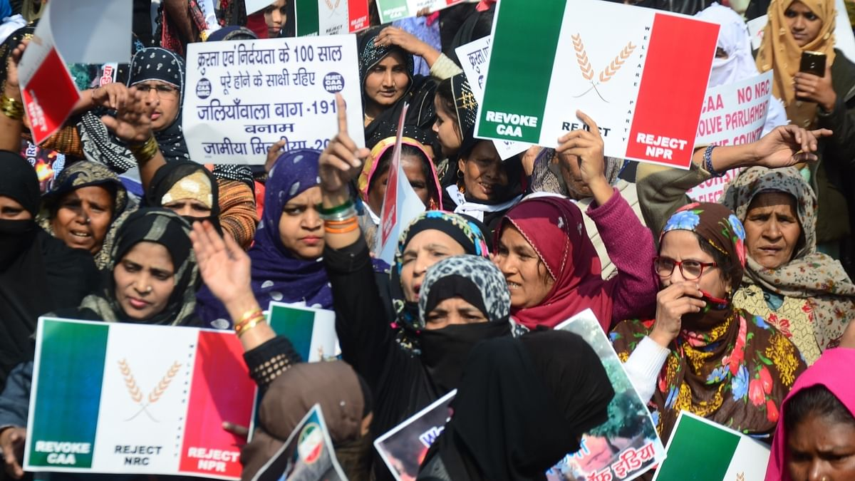 Senior cop tries to pacify Jamia protesters, to no avail