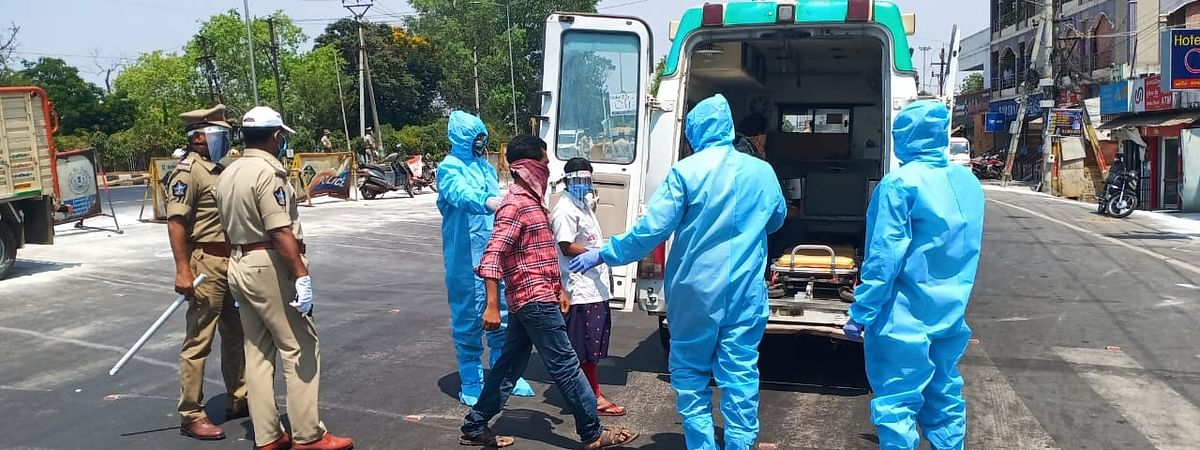People found loitering on the streets, in violation of the nationwide lockdown imposed to contain the spread of the coronavirus pandemic, being taken into custody and sent to a quarantine centre, in Vijayawada, Andhra Pradesh on April 27, 2020.