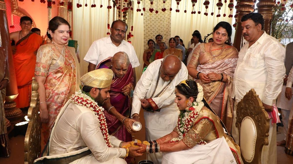 Kumaraswamy's son Nikhil weds at farmhouse amid lockdown