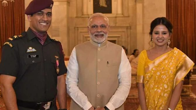 PM Modi lavishes praise on 'phenomenon' Dhoni