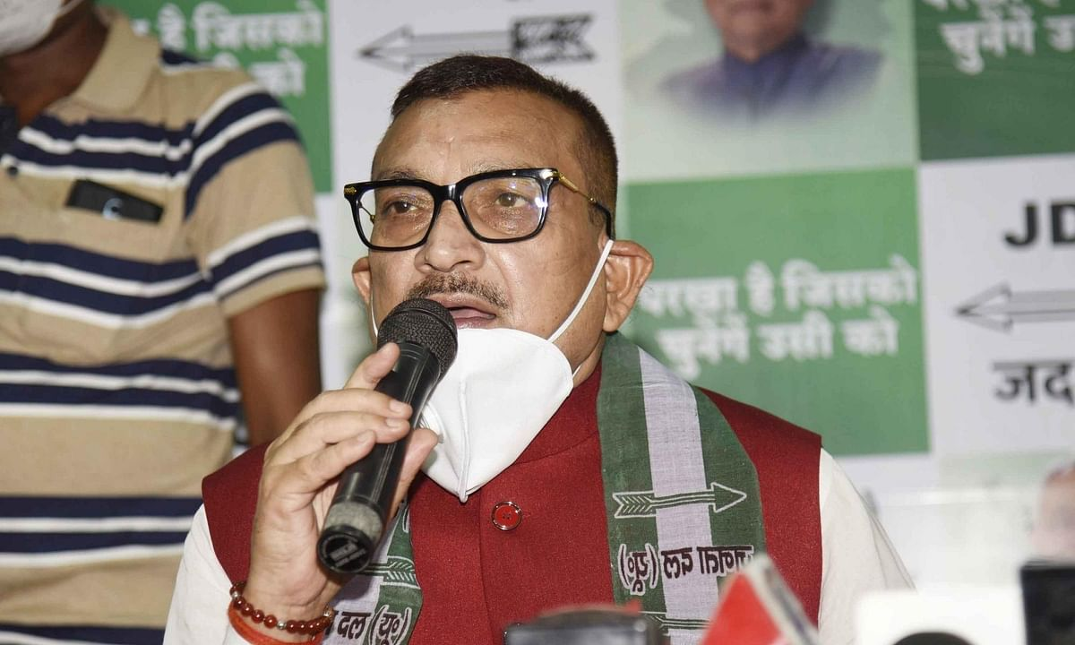 Former Bihar DGP Gupteshwar Pandey addressing the media after joining the JD-U in the presence of party chief and Bihar Chief Minister Nitish Kumar in Patna on September 27, 2020.