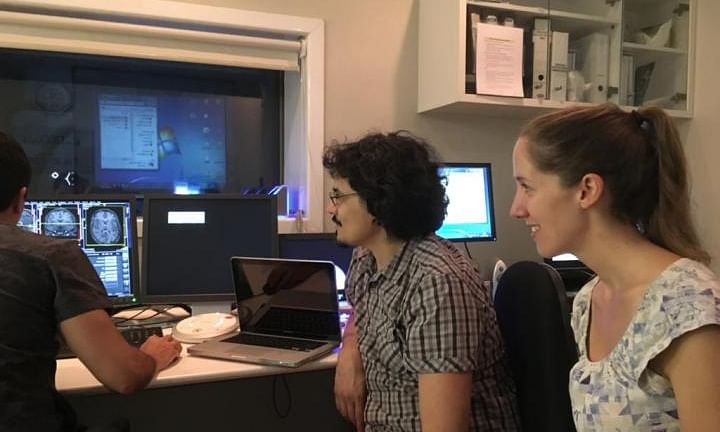 Dr Leonie Kausel and colleagues analyzing the fMRI results.
