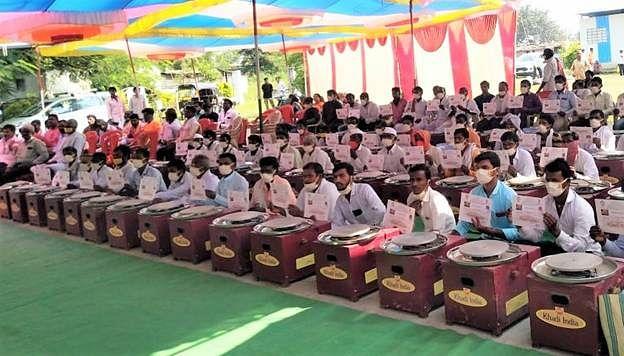 Gadkari distributes electric potter wheels to 100 potter families in Maharashtra