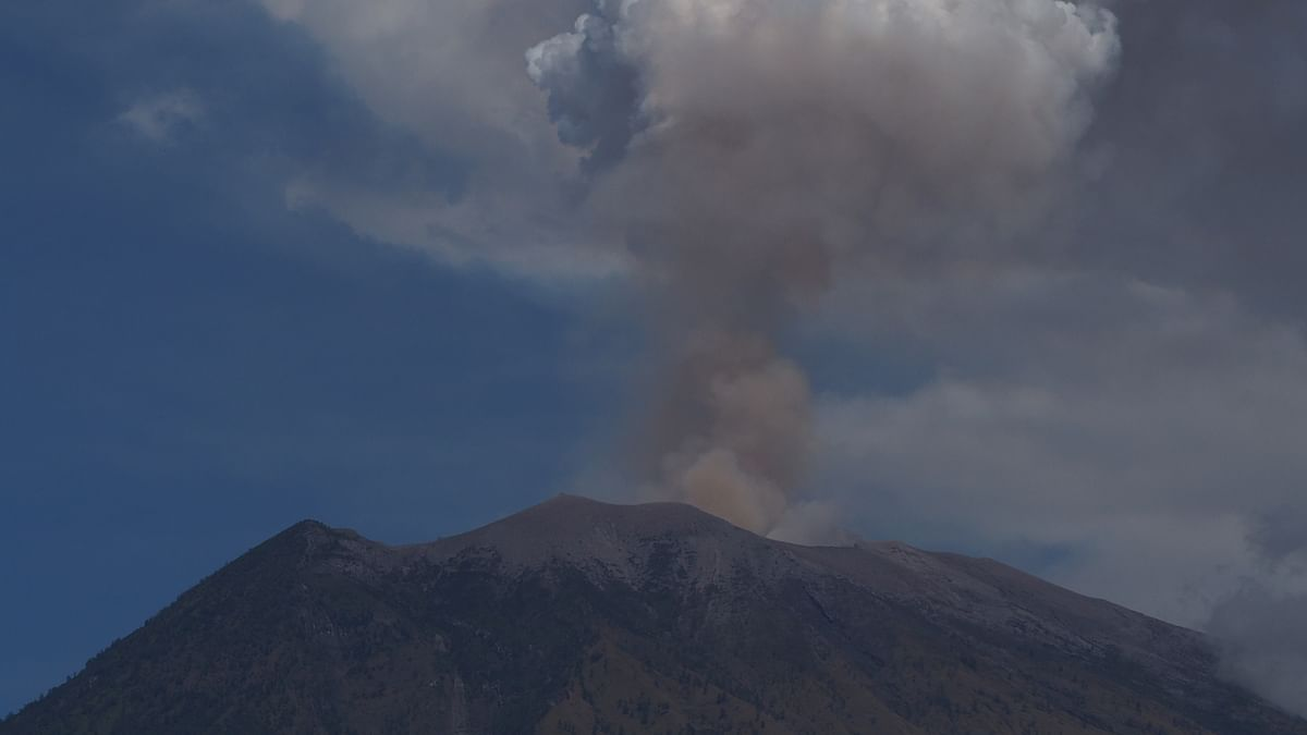 500 people flee following volcano eruption in Indonesia