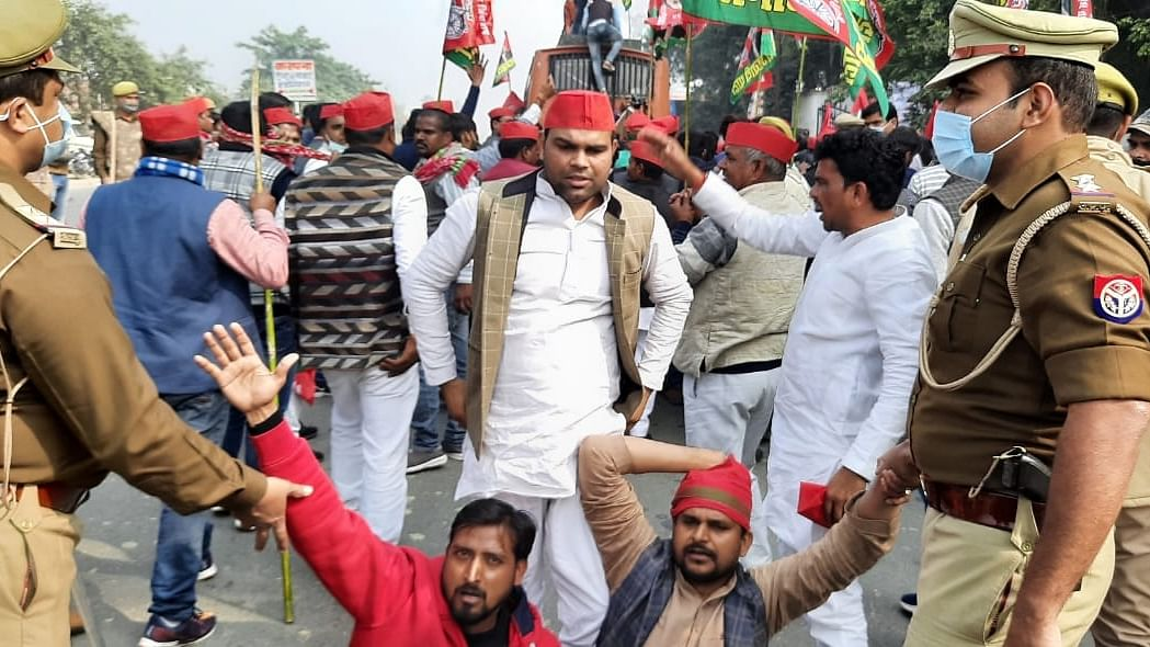 Akhilesh courts arrest, says can't muzzle farmers' voice
