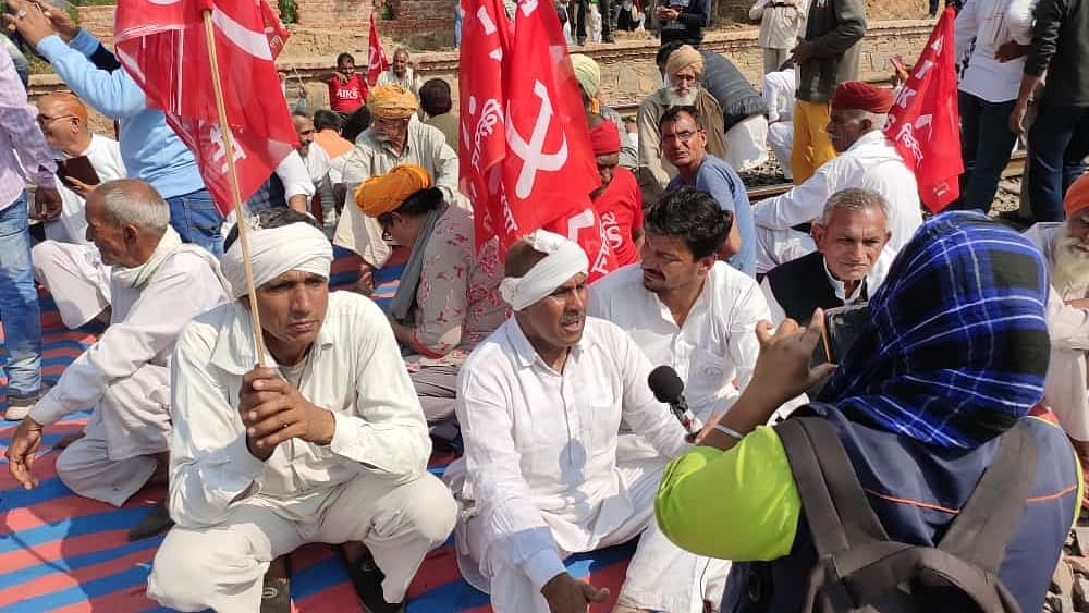 Rajasthan farmers gather at Jaipur, Jagatpura, Alwar railway stations