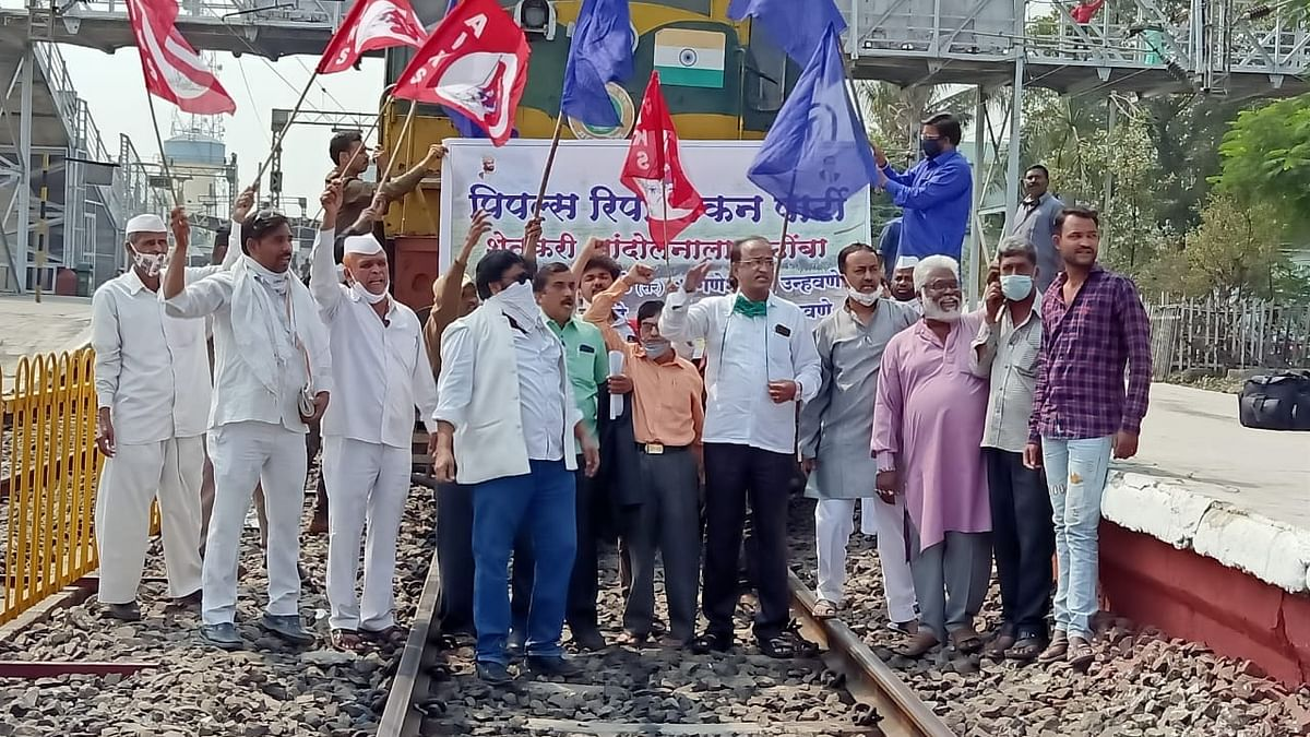 Farmers block railways in Maharashtra, services unaffected