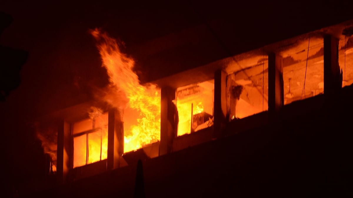 Major fire breaks out at a building in Kolkata