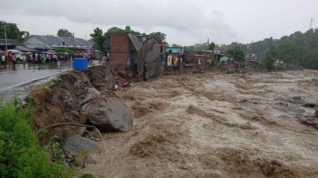 Heavy rains lash Dharamsala, cause  flash flood-like situation
