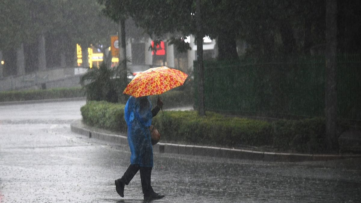 Heavy rainfall lashes Delhi-NCR, temperature dips, AQI worsens