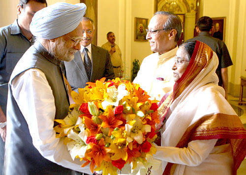 PM calls on President, exchanges Holi greetings