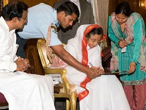 President Pratibha Patil being enumerated at Rashtrapati Bhavan at the start of the Census 2011 and the preparation of the National Population Register on April 1, 2010. Union Home Minister P. Chidambaram is also seen.