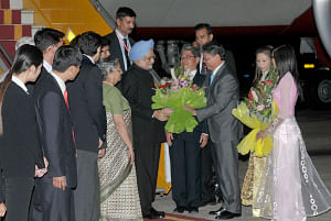 Prime Minister Manmohan Singh and his wife Gursharan Kaur being welcomed by the Justice Minister of Vietnam, Ha Hung Cuong, on their arrival, at the Noi Bai International Airport, Hanoi, in Vietnam on October 28, 2010.