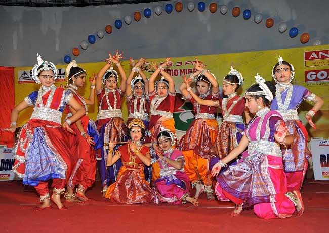School girls performing Odissi dance at a function in Patna on February 13, 2011. UNI PHOTO