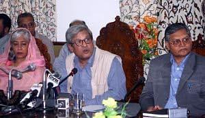 The Centre's interlocutors on Jammu and Kashmir - journalist Dileep Padgaonkar, academician Radha Kumar and former Information Commissioner M M Ansari - interacting with mediapersons in Srinagar on September 21, 2011. UNI PHOTO
