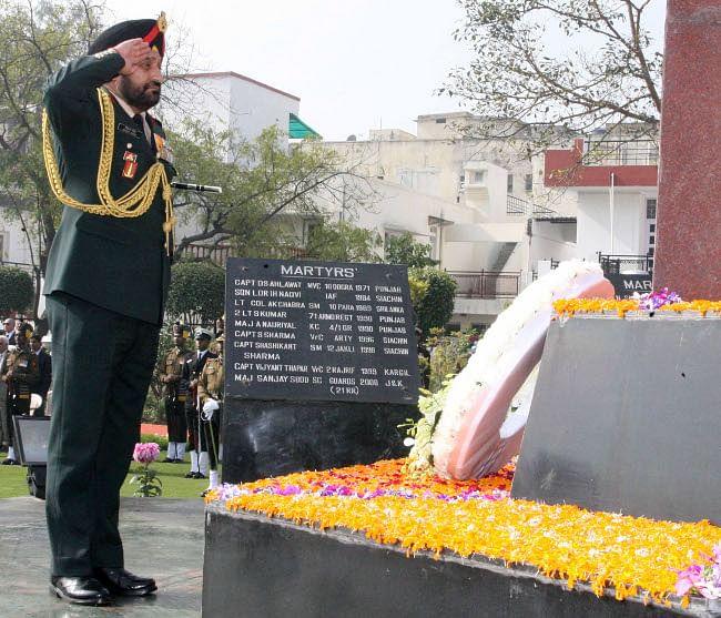 Chief of Army Staff, General Bikram Singh paying homage at Noida Shaheed Smarak on February 21, 2013.