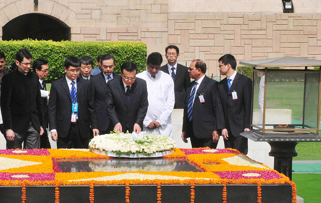 Chinese Premier Li Keqiang laying a wreath at the 'samadhi' of Mahatma Gandhi at Rajghat in Delhi on May 20, 2013.