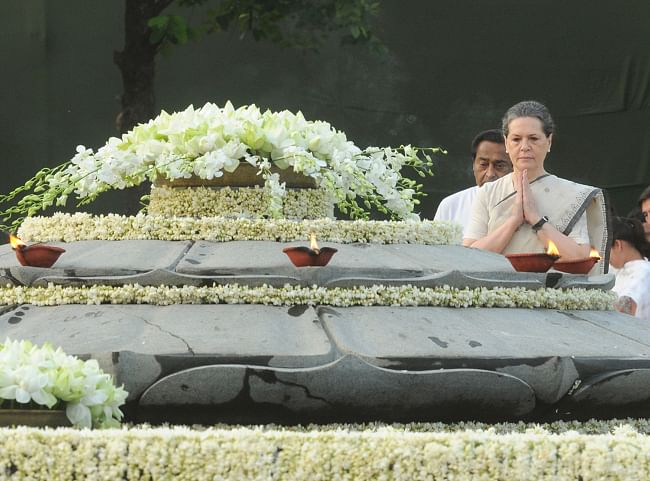 Congress President Sonia Gandhi paying homage at the