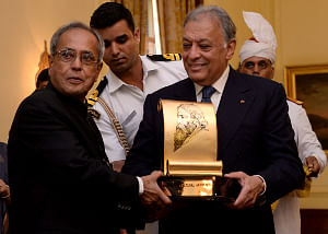 President Pranab Mukherjee presenting the annual Tagore Award for Cultural Harmony for 2013 to well-known music conductor Zubin Mehta, at Rashtrapati Bhavan , in New Delhi on September 6, 2013.