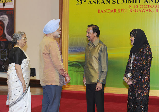 Prime Minister Manmohan Singh and his wife Gursharan Kaur being received by the Sultan of Brunei and his wife on their arrival for the Gala Dinner for leaders attending the 23rd ASEAN Summit and related Summits, at Brunei Darussalam on October 9, 2013.