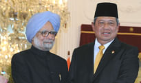 Prime Minister Manmohan Singh being received by Indonesian President Yudhoyono  in Jakarta, on October 11, 2013.