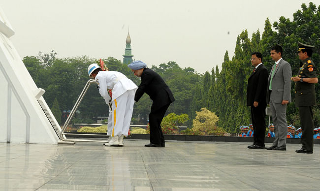Prime Minister Manmohan Singh laying a wreath at the Kalibata Heroes Cemetery, in Jakarta on October 11, 2013.