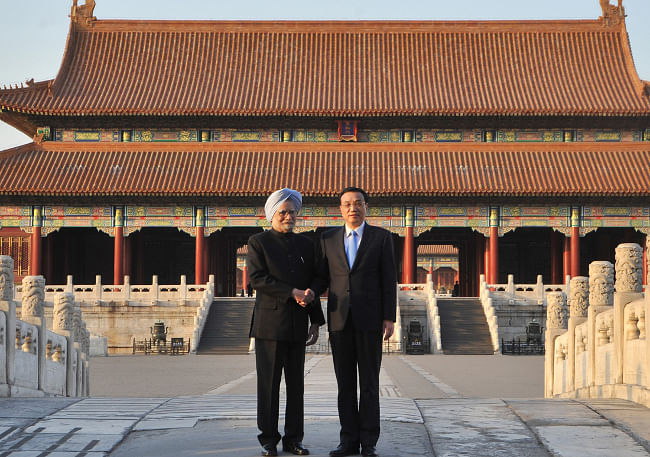 Prime Minister Manmohan Singh with Chinese Premier Li Keqiang, during a visit to the Forbidden City, in Beijing on October 23, 2013