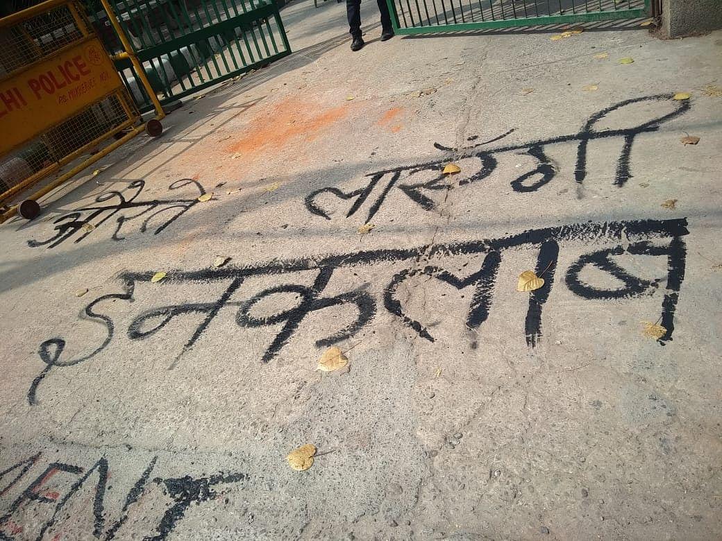 महिला दिवस: सस्ती शिक्षा के लिए लड़ रही डीयू छात्राओं की तस्वीर गायब