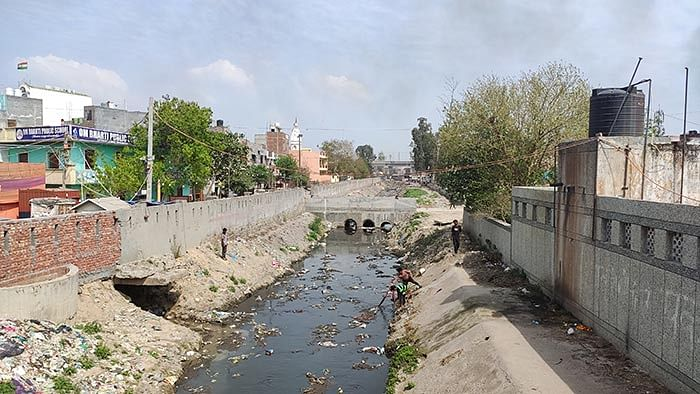 A view of the drain flowing in Loni from the puliya.