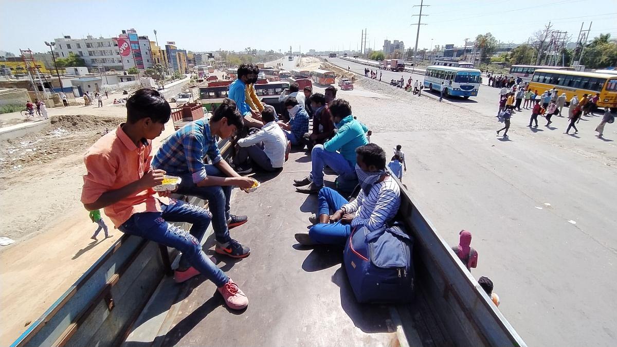 ट्रक में चढ़कर लाल कुआं जाते मजदूर और बच्चे