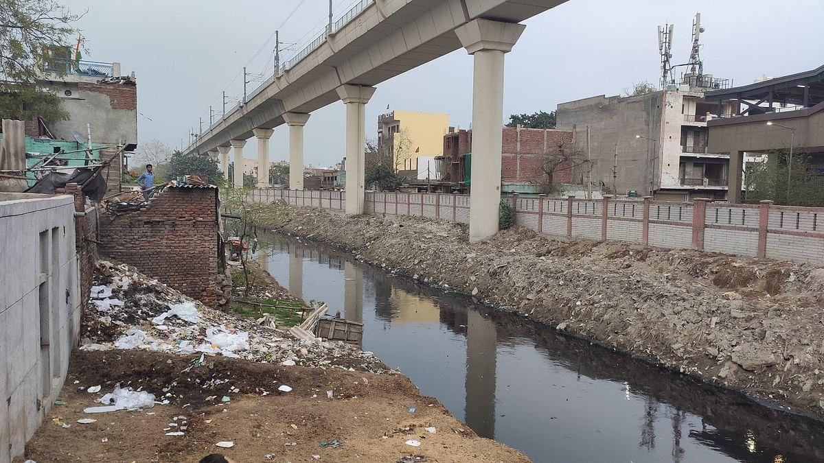 उत्तर पूर्वी दिल्ली में गोकुलपुरी में नाले का दृश्य