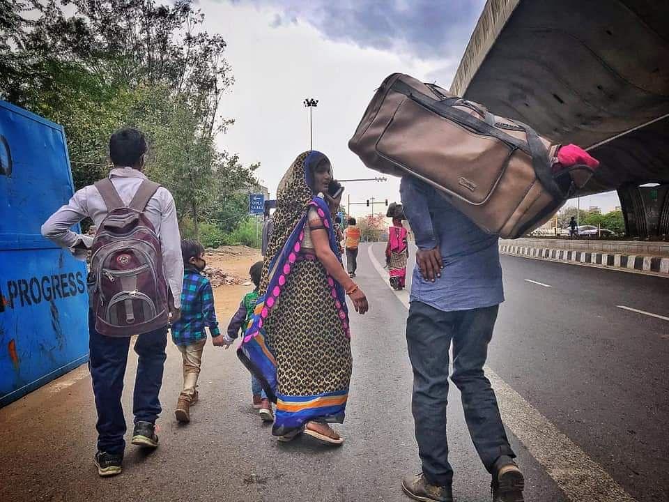 पैदल अपने घर जाते लोग