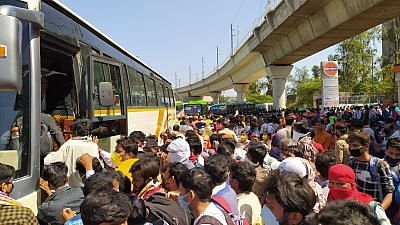 बस में चढ़ते मजदूर