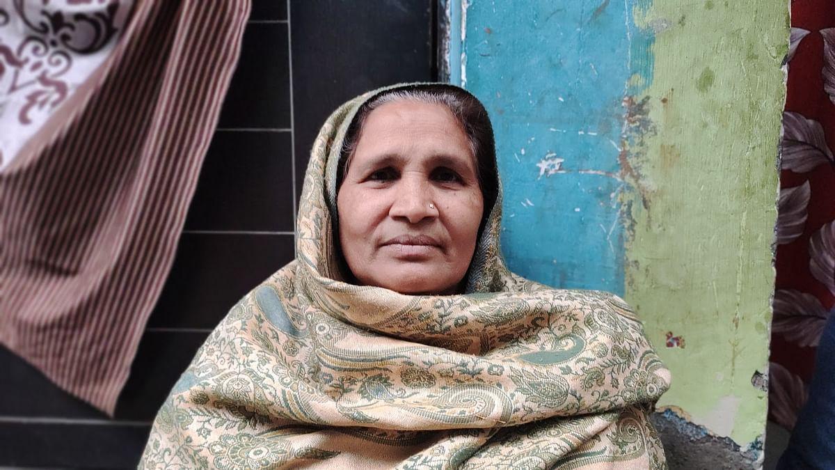55 वर्षीय, चन्द्रावती, 4 दशक से गोकुलपुरी में रह रही है.