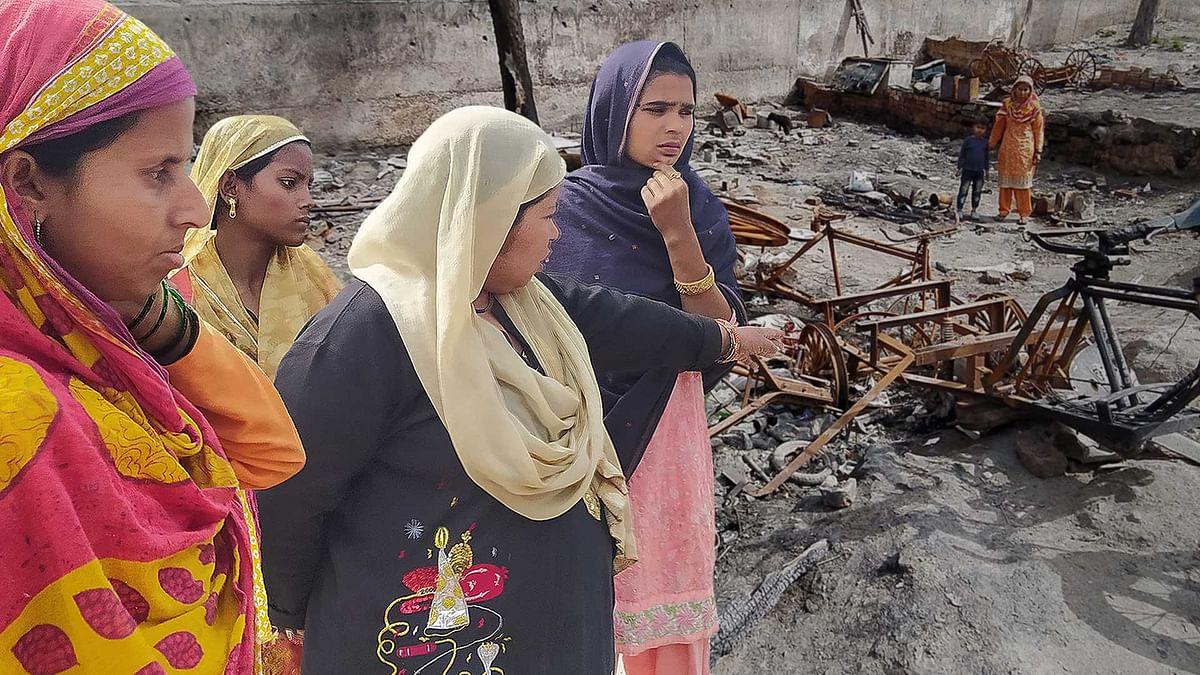 दिल्ली दंगा: झुग्गियों को आग लगा दी गई थी, अब लोग लौटे तो पड़ोसी रहने नहीं दे रहे