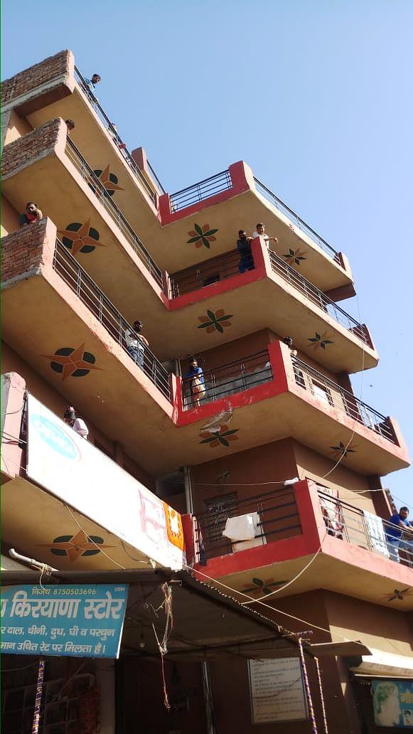 मानेसर के एक बिल्डिंग में लॉकडाउन के समय में रह रहे मजदूर