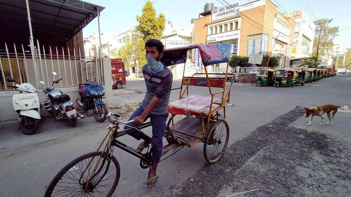 रिक्शा चलाते सूरज कुमार