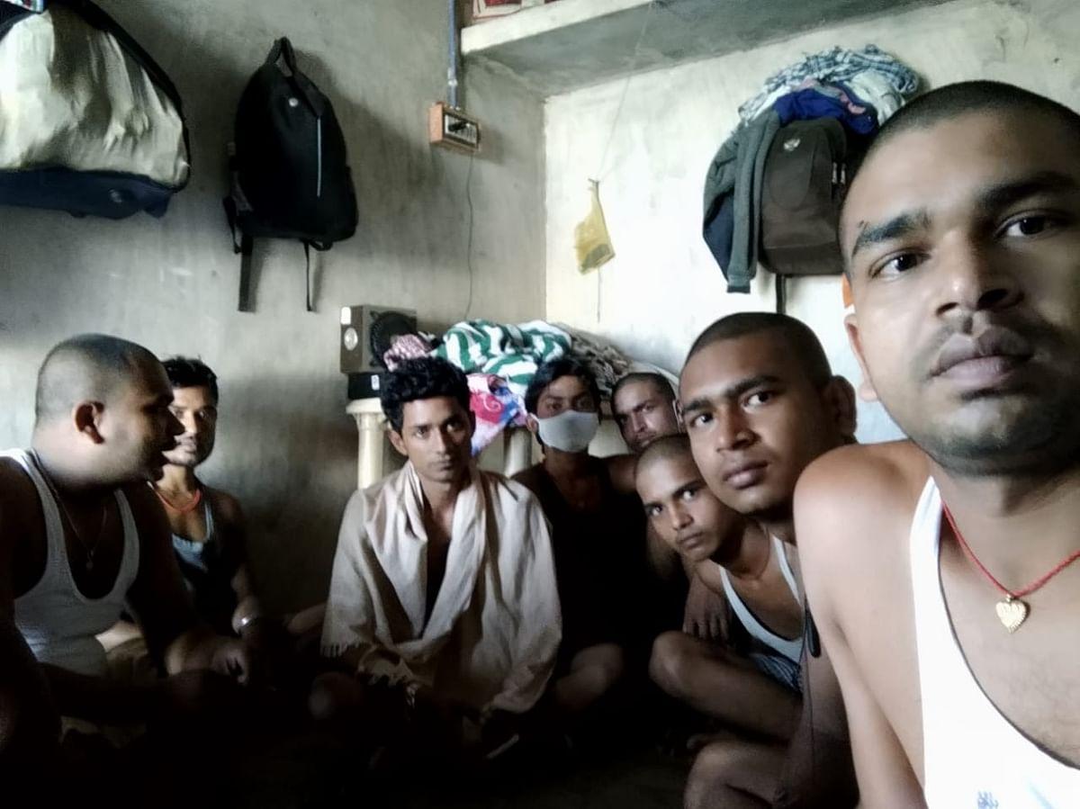 राजेश अपने अन्य मजदूर साथियों के साथ