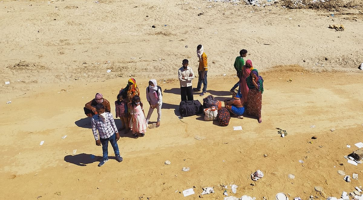 गांव जाती महिलाएं और बच्चे