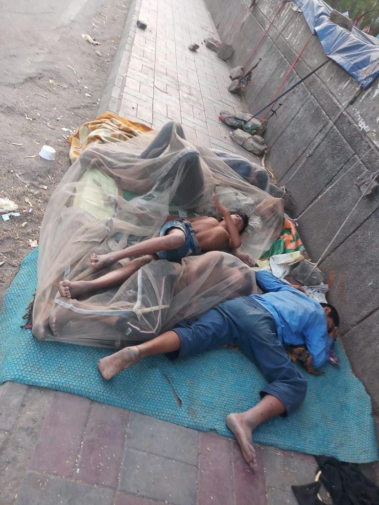 रोड पर सोते मजदूर
