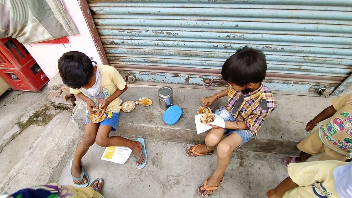 सड़क पर खाना खाते बच्चे