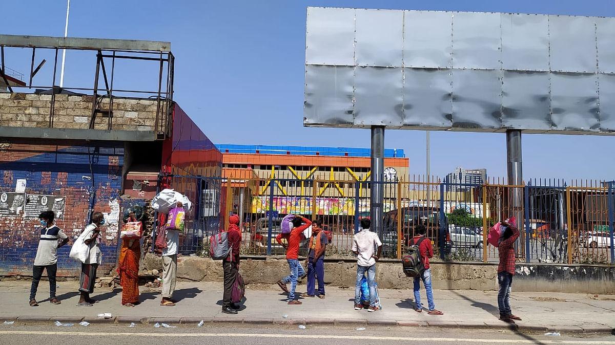 नई दिल्ली रेलवे स्टेशन के बाहर लाइन में खड़े लोग