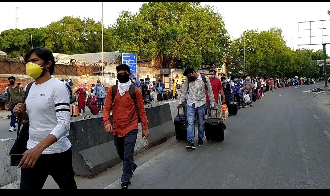 नई दिल्ली रेलवे स्टेशन पर घर जाने के लिए खड़े लोग