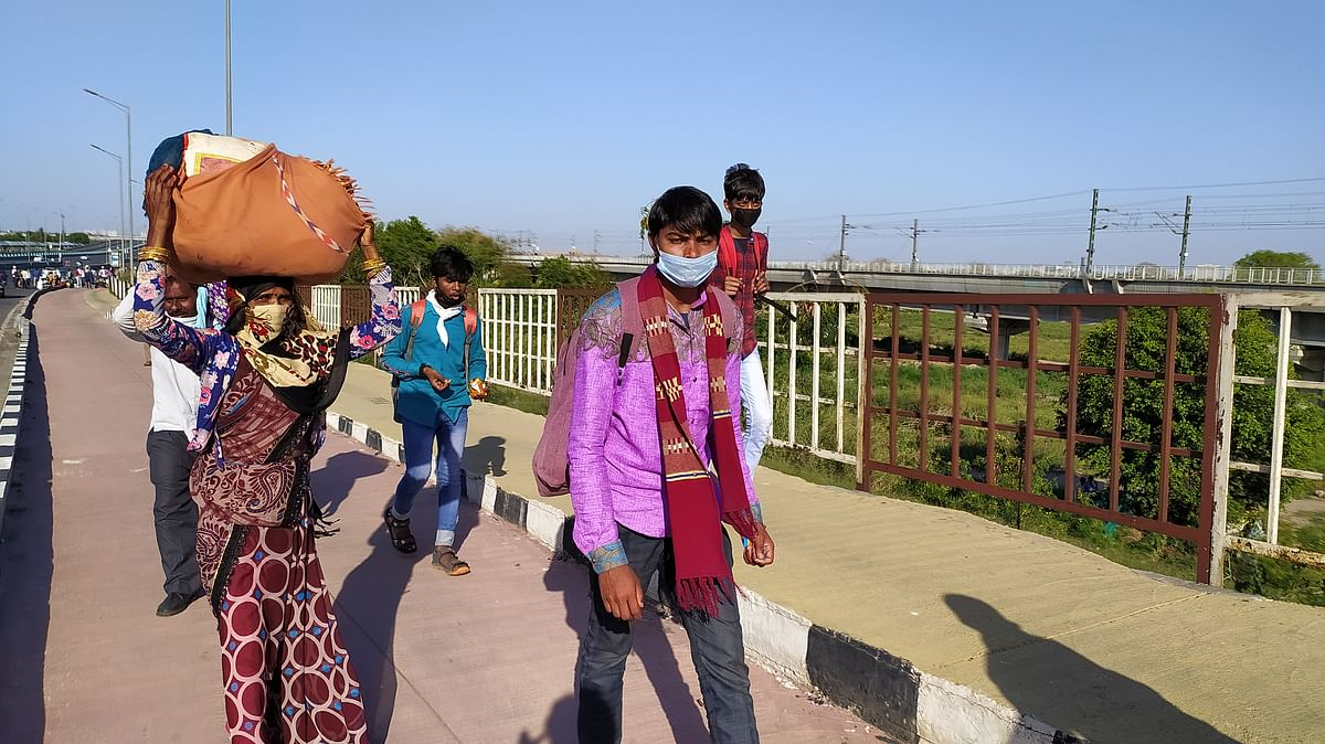 लॉकडाउन के दौरान पैदल अपने घरों को जाते मज़दूर